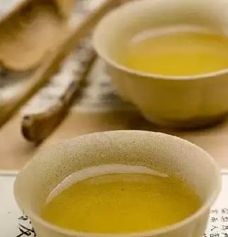 清晨喝一杯淡淡的高级绿茶,醒脑清心